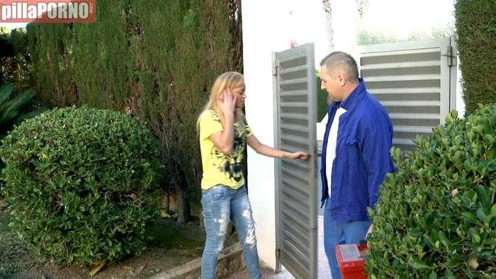 Ama de casa brasileña follandose al fontanero - foto 1