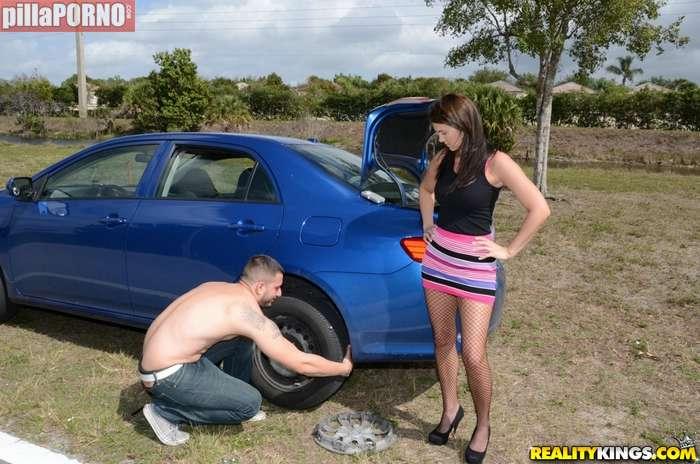 Parece que la joven ha pinchado una rueda - foto 3