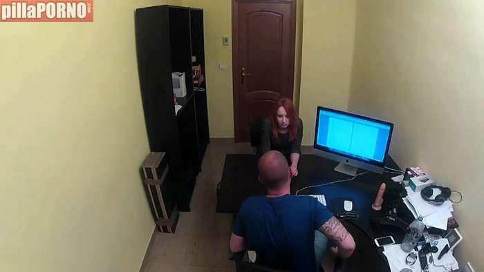 Joven pelirroja mentirosa en un casting porno - foto 1