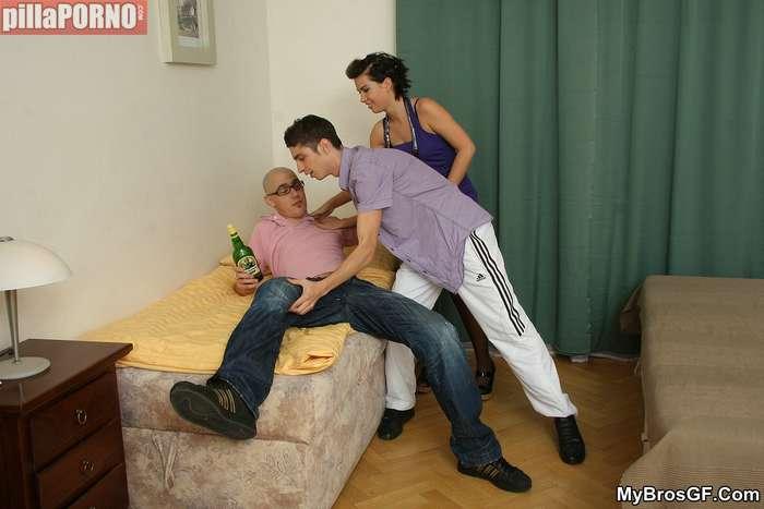 Sexo con el amigo ante su novio borracho - foto 3