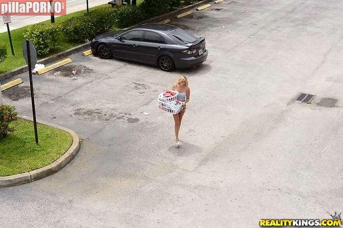 Ayudo a mi vecina con la colada - foto 1