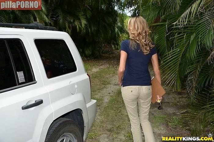 Ayudo a mi vecina con la averia del coche - foto 1