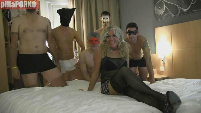 Madura española follandose a cinco jovencitos - foto 1