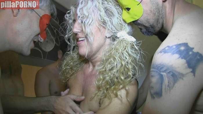 Madura española follandose a cinco jovencitos - foto 3