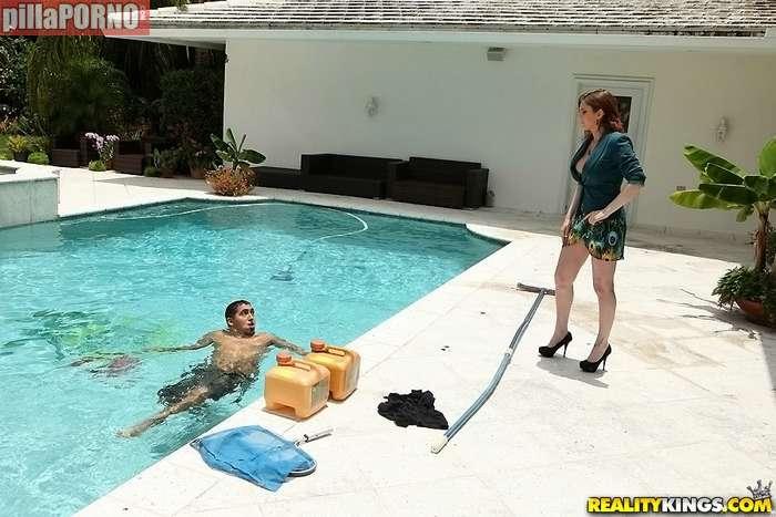 La señora de la casa me pilla en la piscina - foto 1