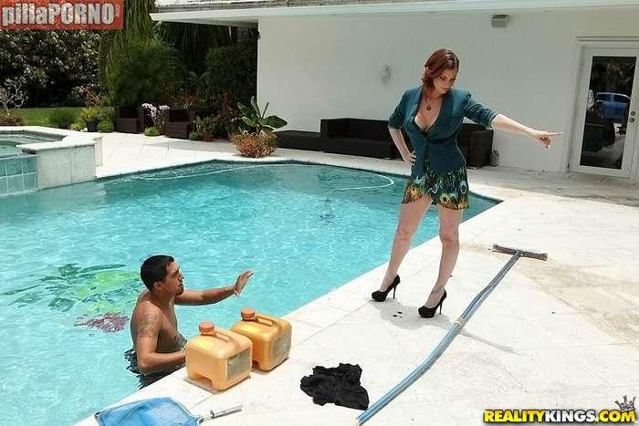 La señora de la casa me pilla en la piscina - foto 2
