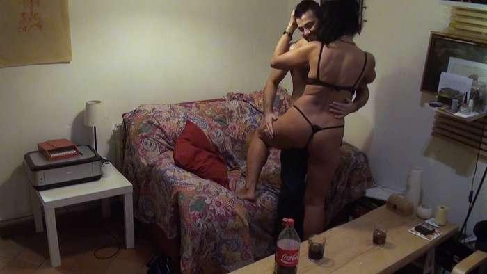 El 'hombre con coño' se liga y se folla a una madura - foto 2