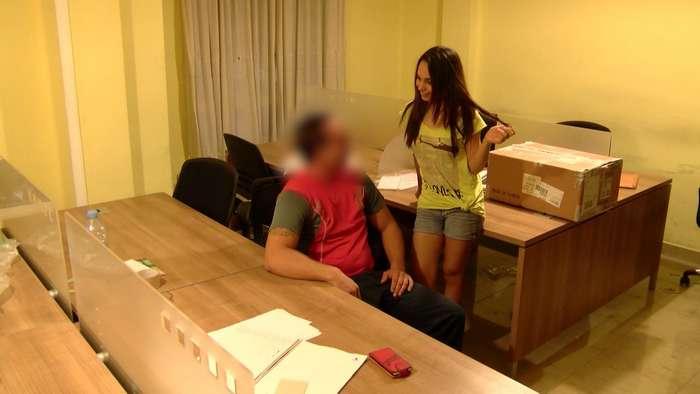 Joven secretaria se folla al mensajero - foto 3