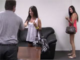 Dos jovencitas se presentan a un casting xxx