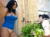 Pilla a la mujer de su vecino masturbandose