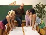 El profesor y sus cuatro alumnas favoritas