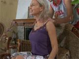 Dando un masaje a mama en la espalda