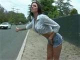 Una milf haciendo autostop