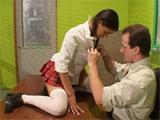 Se tira en brazos de su profesor