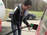 Se liga a la joven de la gasolinera