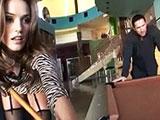 Tori Black jugando una partida de billar