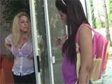 Se folla a una compañera del instituto de su hija