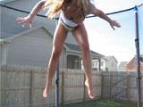 Saltando sobre una cama elastica en bragas