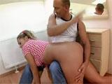 Papa dandole unos azotes a su hija
