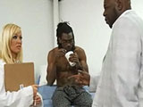 La doctora y el paciente negro