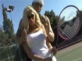Clase de tenis a una milf pija