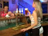 Se liga a la camarera del pub