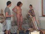 Mama hace de modelo para dos jovenes pintores