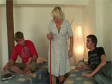 La chacha madura y los dos hijos de la señora