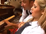 El profesor de piano se cepilla a su alumna