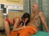 La enfermera de prisión es un poco furcia