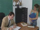 Llega tarde a clase y el profesor la castiga