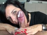 Madura mamandosela cariñosamente a su marido