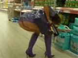Enseñando el coño en el supermercado