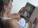 Mama se relaja viendo revistas de moda