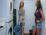 Jovencitas universitarias en la lavanderia
