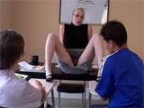 La profesora seduciendo a dos alumnos