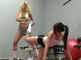 La alumna y la monitora de pilates