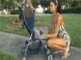Ligandose a una mama en el parque