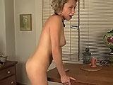 Milf se masturba con la mesa