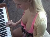 Graba a la nieta tocando el piano
