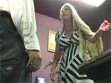 Se desahoga maltratando y follando a un empleado