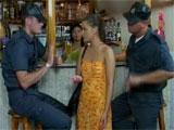 La poli la pilla con el DNI caducado