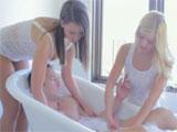 Mis hermanas me dan un baño