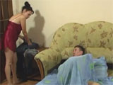 Pilla a su hijo empalmado en la habitación
