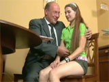 El profesor se propasa con su alumna