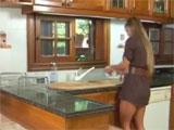 Tremenda ama de casa follada en la cocina