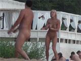 Jugando al voley en una playa nudista