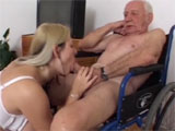 La enfermera de la residencia se folla a los viejos