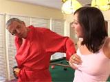 Se lanza a por las tetitas de su hija