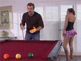 Jugando al billar con una amiga